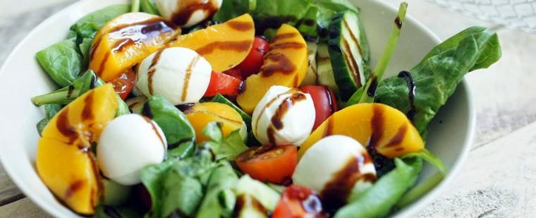 lunch_salade_mozzarella_perzik_tomaat_spinazie_komkommer1