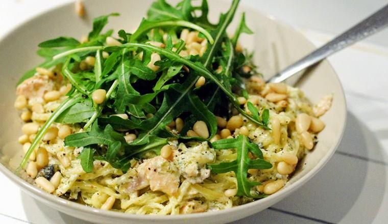 pasta met pijnboompitten en rucola