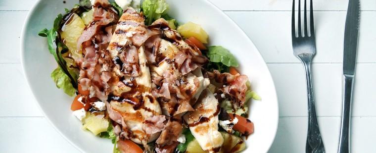 BLT-salade met kip én geitenkaas. Oh en ananas. Klinkt vrij fantastisch toch?