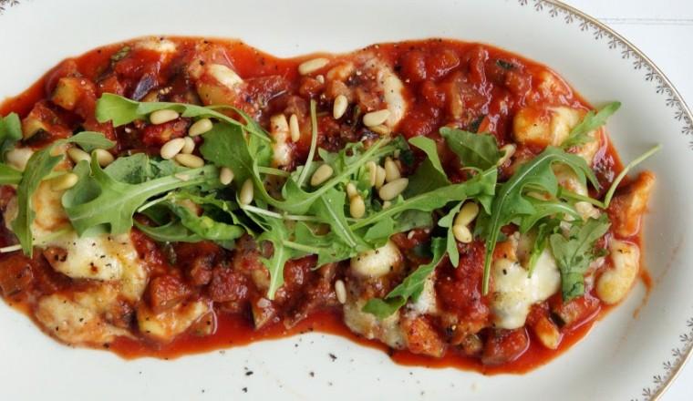 Deze ovenschotel is makkelijk, goedkoop en smaakt heerlijk met wat ciabatta of pasta pesto!