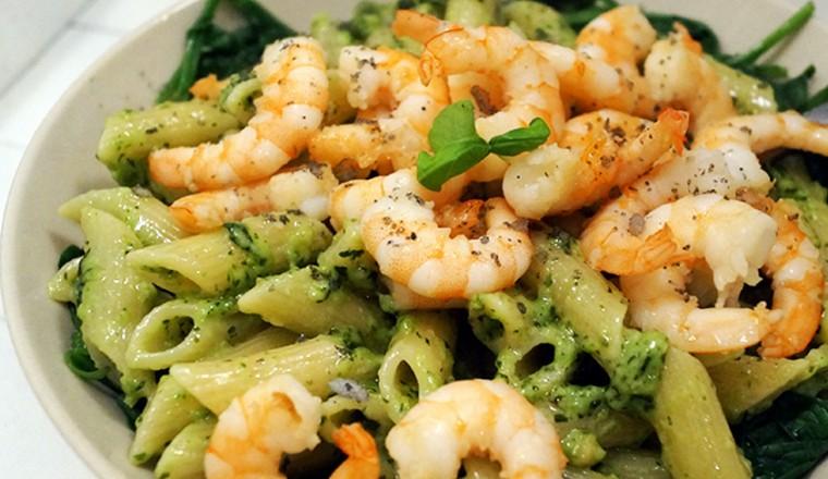 pasta met basilicumpesto, garnalen en spinazie - gewoon wat een