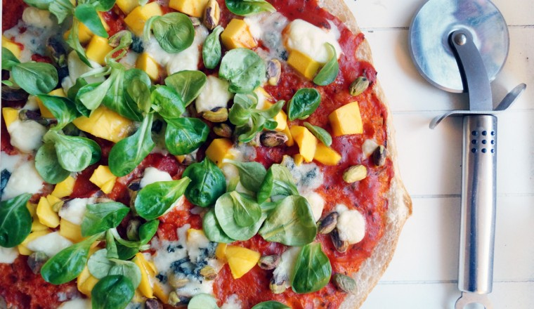 pizza_mango_gorgonzola_veldsla_pistache_tomaat_turks_brood