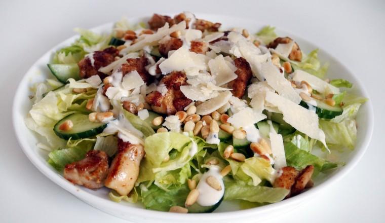 Kip-shoarma in een salade. Dat klinkt mij heeeeel goed in de oren