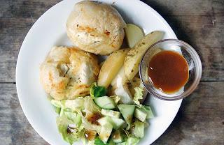 Kip in bladerdeeg is awesome; gewoon lekker met gebakken aardappeltjes en sla. Beste AVG ooit!