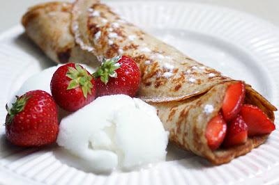 Pannenkoeken zijn ook prima als toetje. Met aardbei, poedersuiker en limoen sorbetijs :)