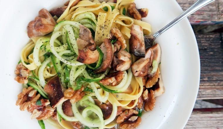 Vega pasta met paddenstoelen, walnoten en komkommer in bouillon