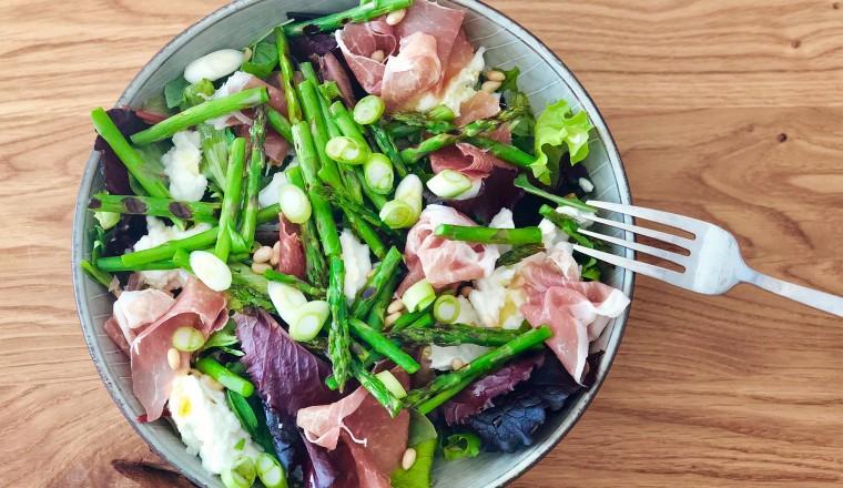 Groene asperges passen goed in een salade, zoals in deze. Met mozzarella, parmaham en truffelolie