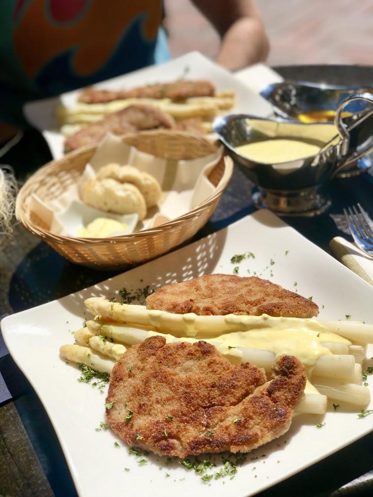 Schnitzels met asperges en heerlijke Hollandaise saus in the middle of Duitsland!