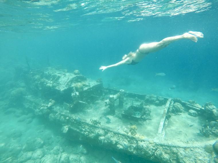 Snorkelen bij een scheepswrak. Heel cool, want er zwemmen hier super veel mooie visjes!
