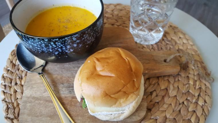 Hier was ik nog optimistisch om een broodje bij mijn pompoensoep te serveren. Ging. niet. En het kommetje is ook voor de leuk, want het ging met een rietje naar binnen ;)