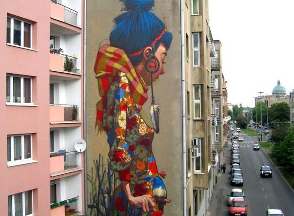 Vrouw op zijkant huis