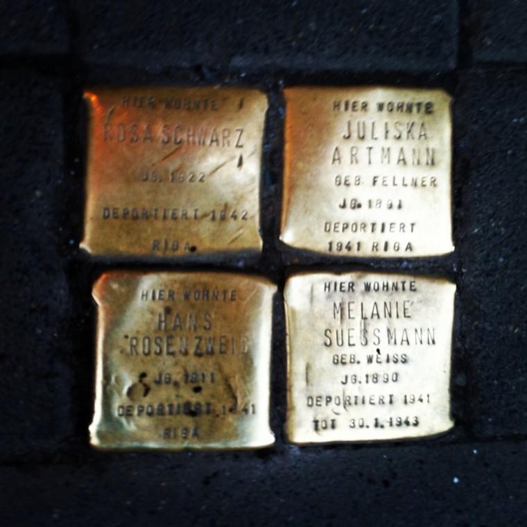 #10: Stolpersteine.  Vergeet niet af en toe naar beneden te kijken. De stolpersteine zijn gedenktekens op het trottoir voor de huizen van mensen die door de nazi's verdreven, gedeporteerd, vermoord of tot zelfmoord gedreven zijn.
