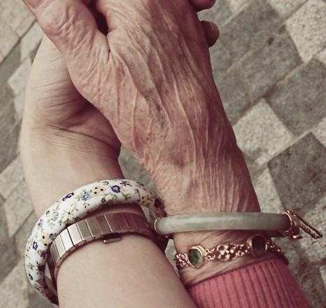 Oma Kleinkind Hand