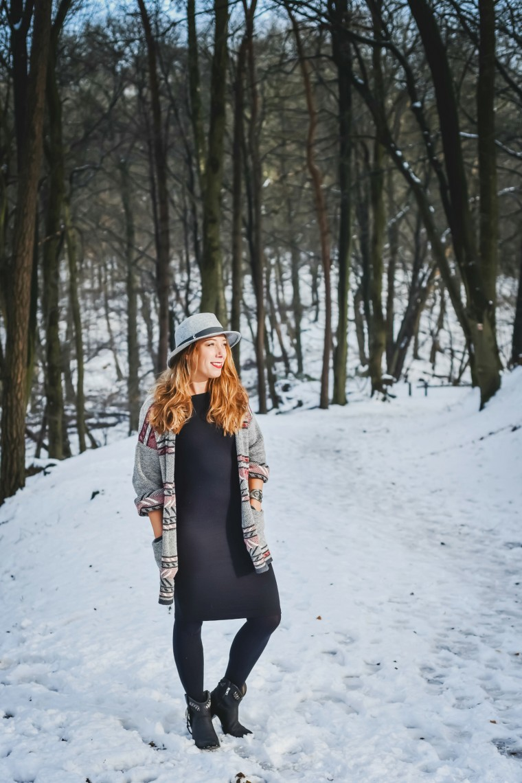 moderne hippies outfit inspo white snow black dress.001