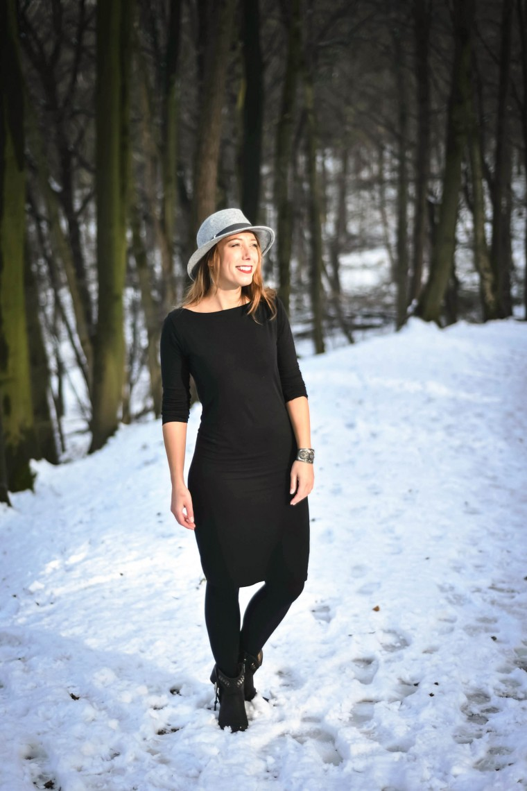 moderne hippies outfit inspo white snow black dress.004