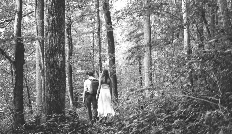 cover moderne hippies trouwen op blote voeten met vuil onder de nagels-1-28