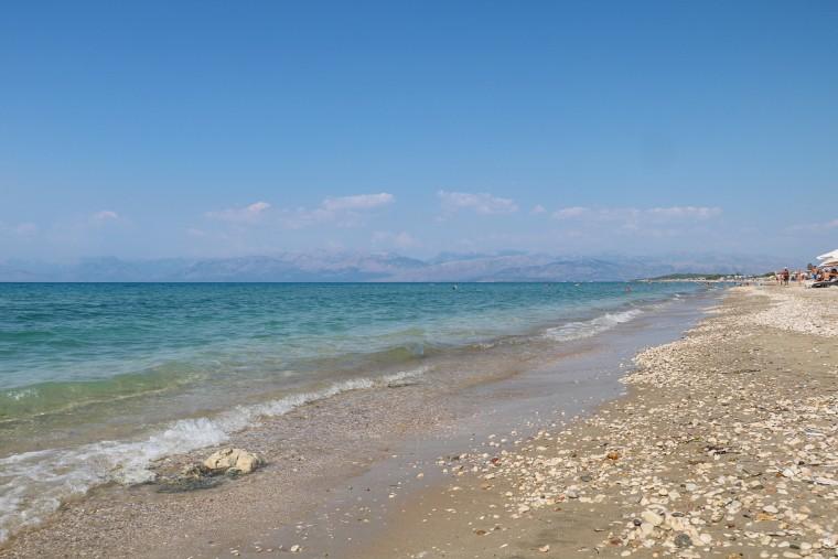 Het strand van Acharàvi
