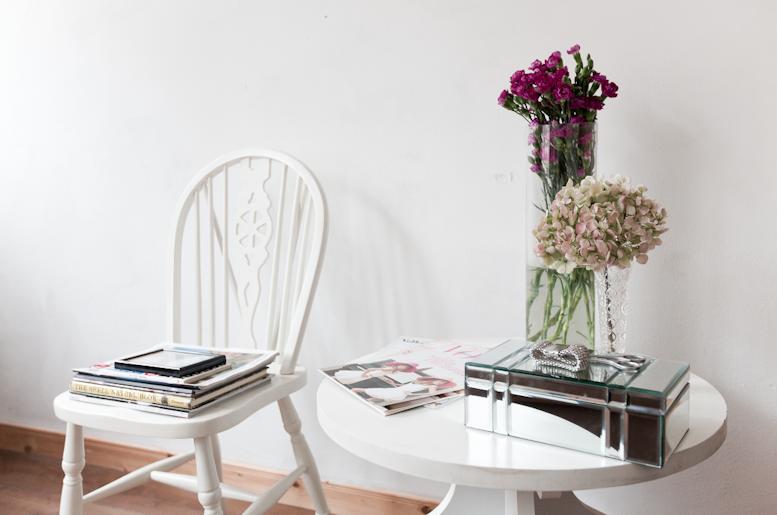 Wit tafeltje is van de Noordermarkt, glazen kistje en het kristallen vaasje zijn van Zara Home