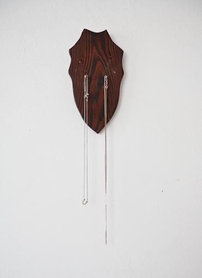 Het houten hangertje komt van de Noordermarkt, het kettinkje met hoef van Primark, het donkere hangertje is van Isabel Marant
