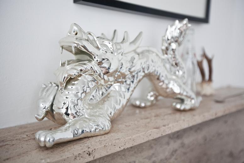 De draak is een decoratie die voorheen bij Kinki Kappers pronkte. Hij komt bij Nijhof vandaan