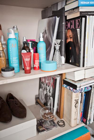 Magazines en koffietafelboeken samen met Fred's favoriete haarstylingproducten