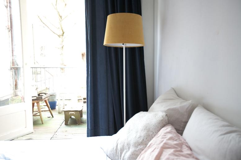 Gele lamp van Ikea met een gordijnenmix van Hema