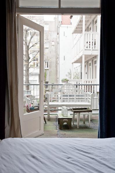 Zicht op het balkon vanuit de slaapkamer