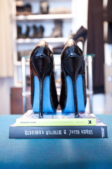 """De zwarte lak pumps met blauwe onderkant zijn van Yves Saint Laurent. Fred: """"Ik heb ze al een tijdje en ze zijn nog steeds indrukwekkend mooi."""" Hij gaf ze een ereplaatsje op een stapel modeboeken"""
