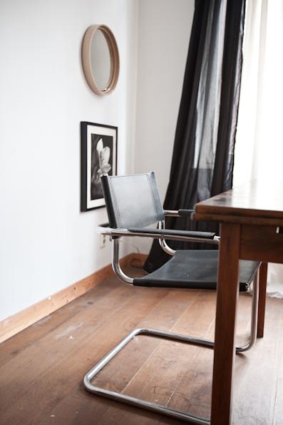 De zwarte stoel, een klassieker uit het ouderlijk huis van Fred