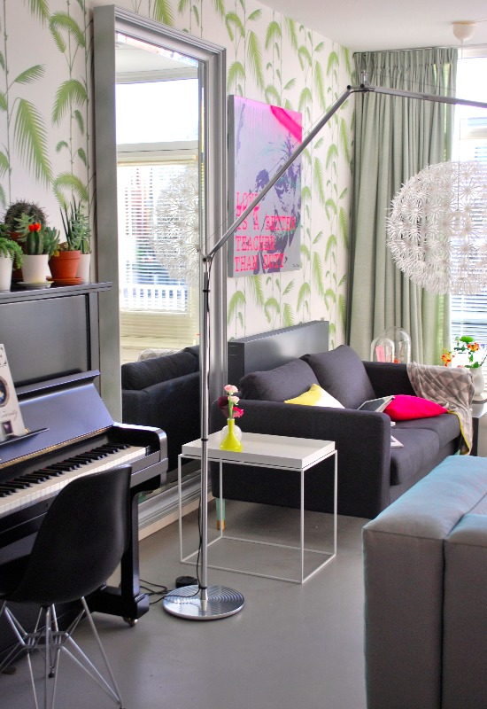 Onze woonkamer, sinds we de inbouwkast hebben, die ik heb ontworpen, heb ik ook gekozen voor nieuw behang: Palm Leaves van Cole & Son (via femkeidoshop.nl)