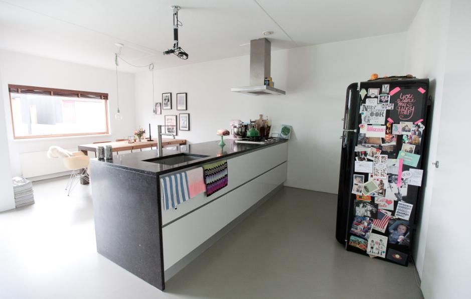 Zicht op de keuken en eethoek vanuit de woonkamer