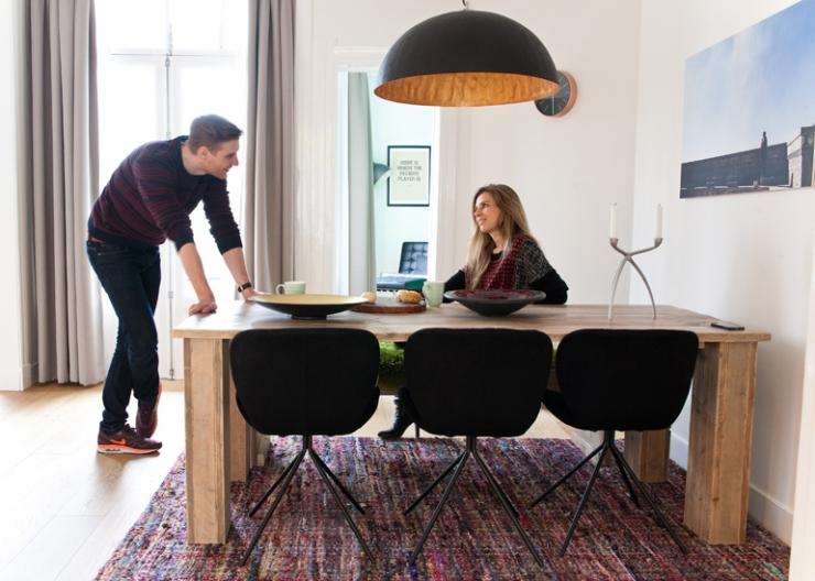 De steigerhouten eettafel is op maat gemaakt, de stoelen zijn van Zuiver en het Indiase kleed is van Wehkamp.