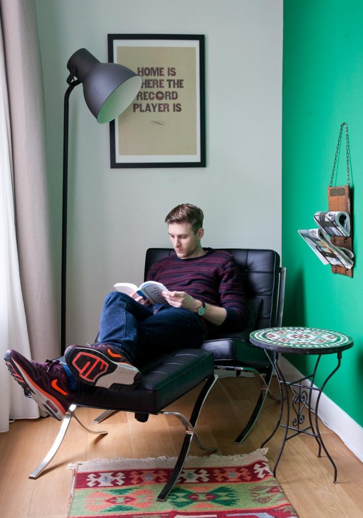Ruben op een Barcelona Chair, het tafeltje komt uit Marokko, de lamp is van IKEA en de print aan de muur is van Society6