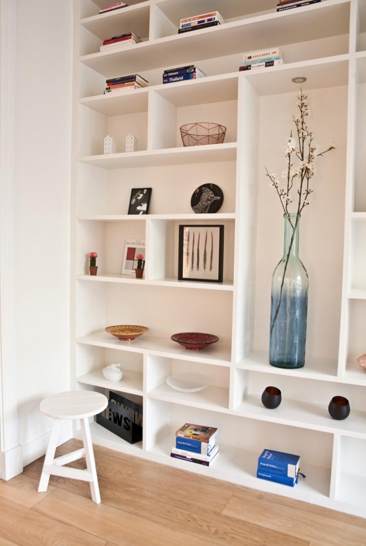 De grote vaas is van Loods 5, de woonaccessoires komen o.a bij ANNA+NINA en H&M Home vandaan