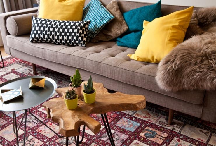 De bank is van Loods 5, het schapenvachtje van IKEA, de salontafeltjes zijn van Leen Bakker en het kleed had Floortje al