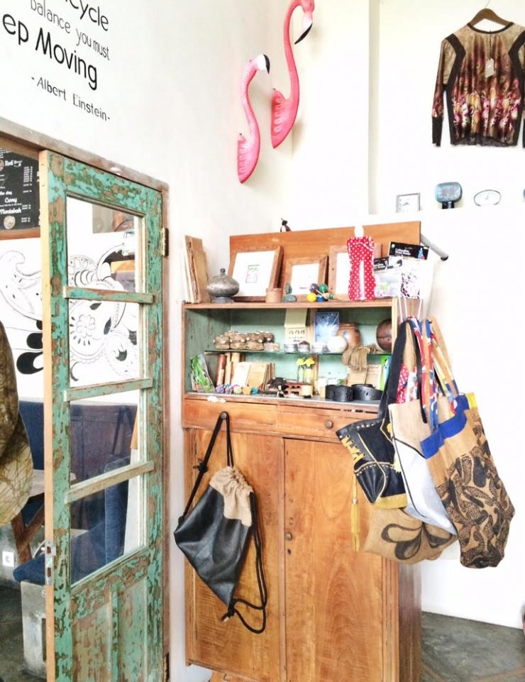 Shop vol met flamingo's en coole wall art