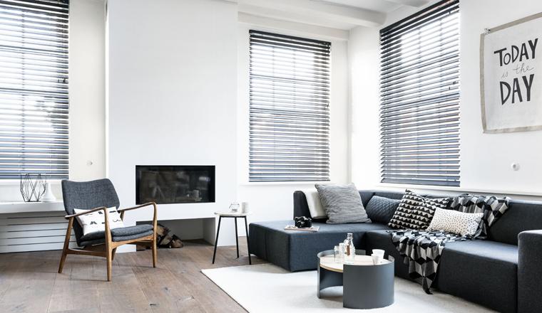 Pronken met zwart-witte raambekleding in huis