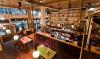Coole bar met graffiti kunst en een bakstenen muur
