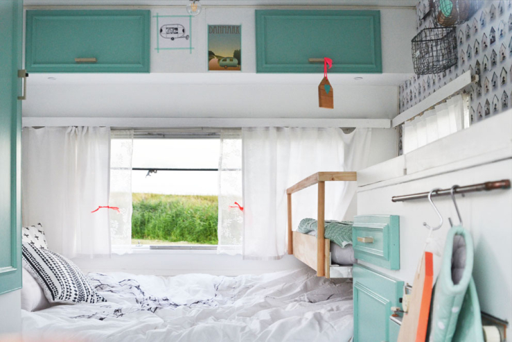 binnenkijken in een minihuisje op wielen interior junkie. Black Bedroom Furniture Sets. Home Design Ideas
