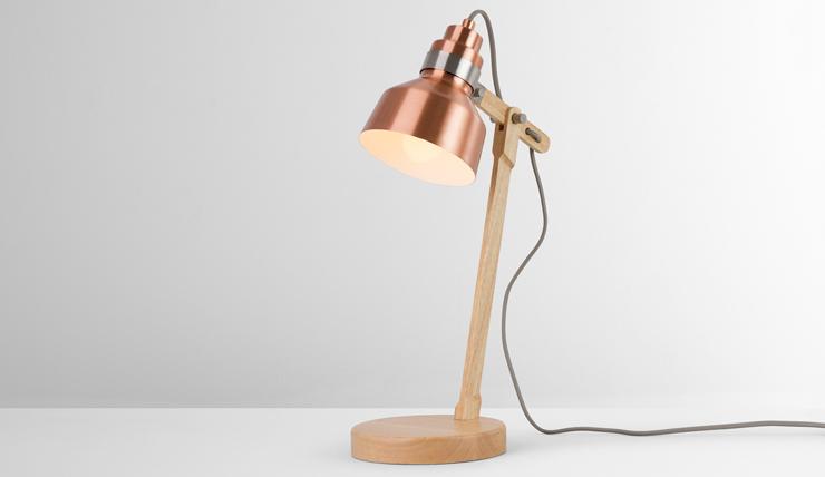 Stoere houten lamp met koperen kap