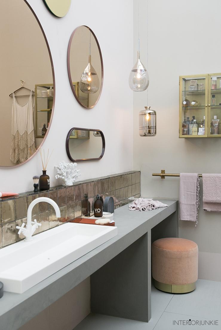 Zo mooi: een wand vol spiegels voor in de badkamer