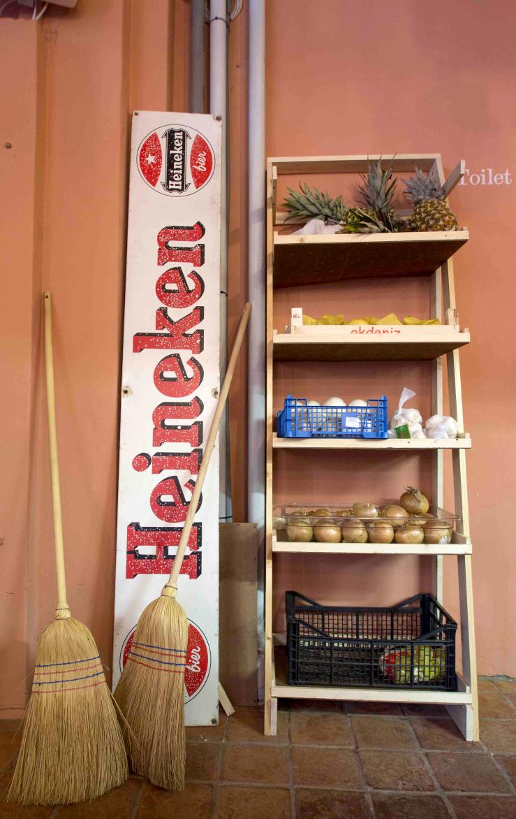 In dit Mexicaanse restaurant spot je een knalroze trap