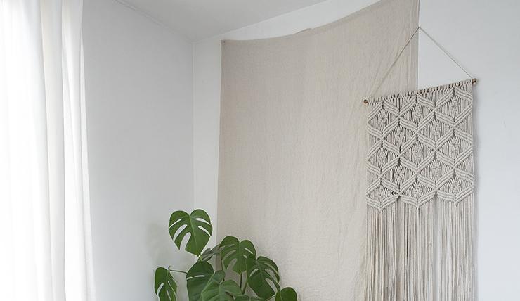 Pronken met een wandkleed aan de muur