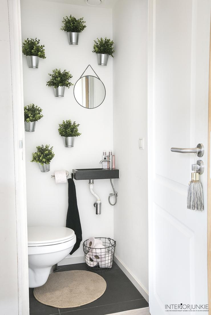 Wooninspiratie: zo pimp je je saaie wc met hangende bloempotjes