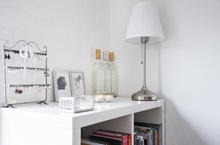 De witte kast is van Ikea, het witte lampje ook.