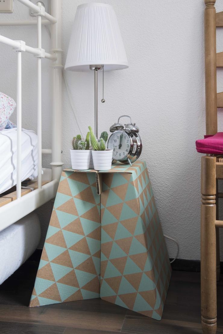Het tafeltje is van HEMA. Het witte lampje is van Ikea, de cactussen ook.