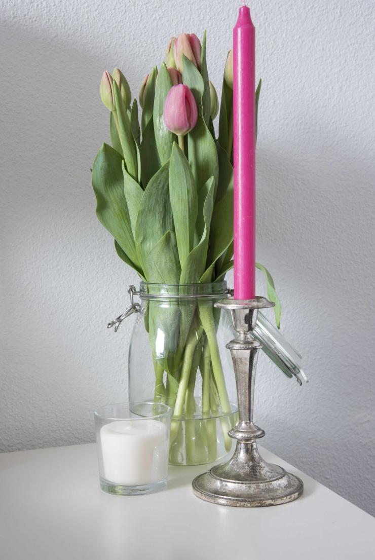 De roze kaars is van HEMA en de witte van Xenos. De weckpot is van Ikea.