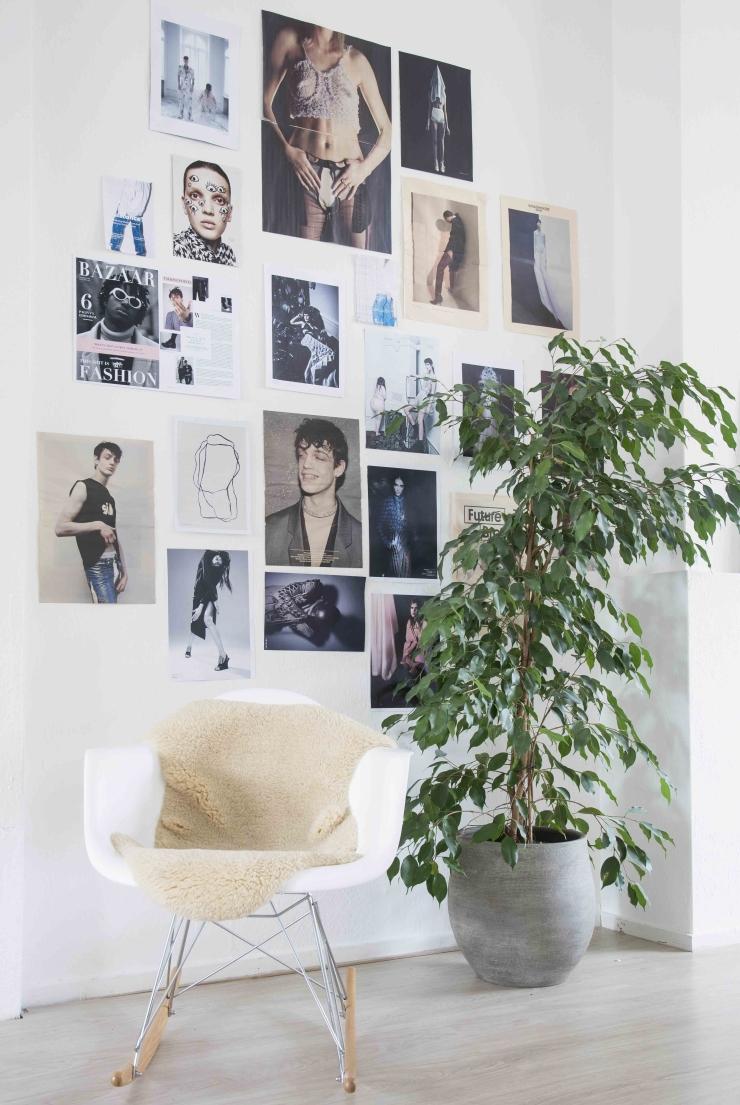 De witte schommelstoel is van Eames-Vitra. Het kleedje heb ik gekocht bij Ikea en de plant is van Plantenoutlet.