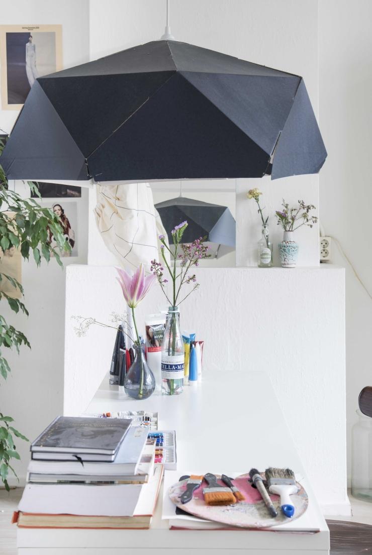 De zwarte lamp is ook van Ikea.