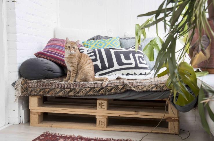 De kussens bestaan uit een mix van vintage, H&M Home en Ikea.